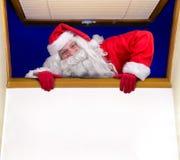圣诞老人攀登一个开窗口 免版税库存照片