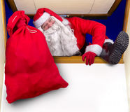 圣诞老人攀登在窗口里 免版税图库摄影