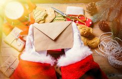 圣诞老人收到了圣诞节信件 免版税库存图片