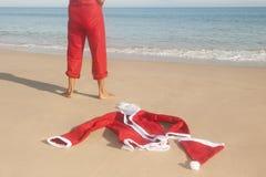 圣诞老人放松了海滩暑假 免版税库存照片