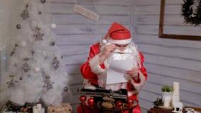 圣诞老人文字回复不折不扣在打字机的  库存照片
