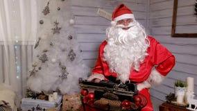 圣诞老人文字回复不折不扣在打字机的  免版税库存图片