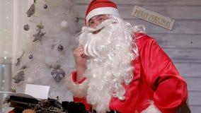 圣诞老人文字回复不折不扣在打字机的  图库摄影