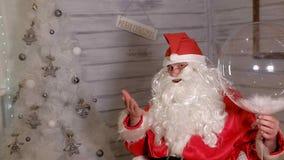 圣诞老人显示与一个不可思议的球的焦点 免版税库存照片
