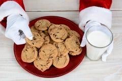 圣诞老人曲奇饼和牛奶 免版税库存照片
