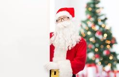 圣诞老人服装的人有广告牌的 免版税库存图片