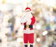 圣诞老人服装的人有时钟的 免版税库存照片