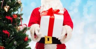 圣诞老人服装的人有礼物盒的 免版税库存照片