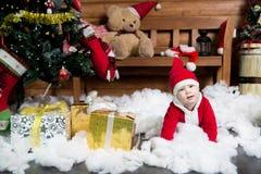 圣诞老人服装的男婴 圣诞节 新年度 免版税图库摄影
