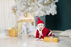 圣诞老人服装的男婴 圣诞节 新年度 免版税库存图片