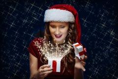 圣诞老人浅黑肤色的男人女孩 免版税库存照片