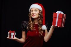 圣诞老人浅黑肤色的男人女孩 免版税库存图片