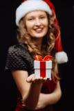 圣诞老人浅黑肤色的男人女孩 库存图片