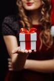 圣诞老人浅黑肤色的男人女孩 免版税图库摄影