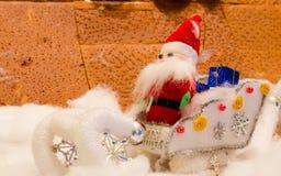 圣诞老人玩偶织品在雪的 图库摄影