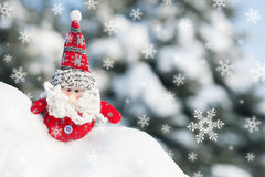 圣诞老人玩具在有降雪的森林里 免版税库存照片