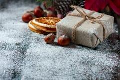 圣诞老人玩具熊,礼物盒包裹了亚麻布和装饰用绳子,在棕色葡萄酒木板backg的圣诞节装饰 图库摄影