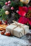 圣诞老人玩具熊,礼物盒包裹了亚麻布和装饰用绳子,在棕色葡萄酒木板backg的圣诞节装饰 库存照片
