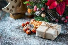 圣诞老人玩具熊,礼物盒包裹了亚麻布和装饰用绳子,在棕色葡萄酒木板backg的圣诞节装饰 免版税库存照片
