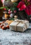 圣诞老人玩具熊,礼物盒包裹了亚麻布和装饰用绳子,在棕色葡萄酒木板backg的圣诞节装饰 免版税图库摄影