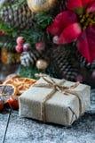 圣诞老人玩具熊,礼物盒包裹了亚麻布和装饰用绳子,在棕色葡萄酒木板backg的圣诞节装饰 库存图片
