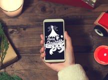 圣诞老人用途聪明的电话嘲笑与圣诞节的一copyspace 免版税库存图片