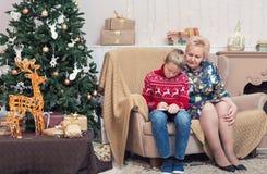 给圣诞老人的一封男孩文字信件与他的祖母 免版税库存照片