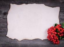 圣诞老人的信件在木背景用红色莓果 图库摄影