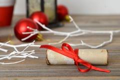 圣诞老人的信件栓了与红色丝带 免版税库存图片