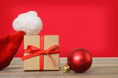 圣诞老人的帽子、圣诞节礼物和圣诞节球 图库摄影