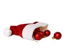 圣诞老人的帽子和圣诞节球 免版税库存照片