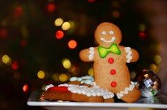 圣诞老人的微笑的姜饼人 库存照片