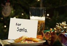 圣诞老人的曲奇饼和啤酒。 库存照片