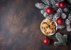 圣诞老人的曲奇饼在圣诞树附近 图库摄影