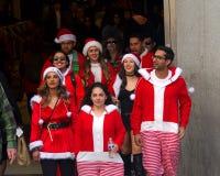 圣诞老人的未认出的参加者在旧金山,加州精读 免版税库存照片