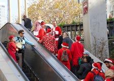 圣诞老人的未认出的参加者在旧金山,加州精读 免版税库存图片