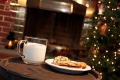 圣诞老人的牛奶和曲奇饼 免版税图库摄影