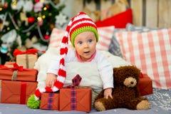 圣诞老人的胳膊的小婴孩 免版税库存图片