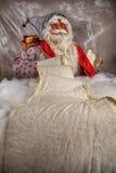 读圣诞老人的画象  免版税库存图片