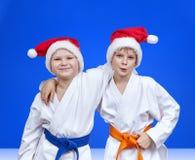 圣诞老人盖帽的两个男孩  图库摄影