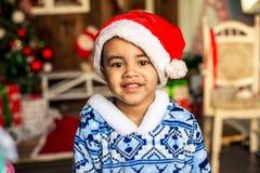 圣诞老人盖帽的愉快的小男孩  库存照片