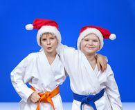圣诞老人盖帽的朋友蓝色背景的 库存照片