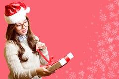 圣诞老人红色帽子的愉快的浪漫俏丽的女孩和 库存图片