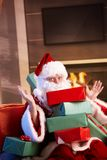 圣诞老人纵向与堆的圣诞节礼物 免版税库存图片