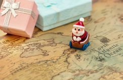 圣诞老人继续在世界地图的一个雪撬给礼物圣诞节和新年 圣诞老人在行星四处走动 免版税库存图片