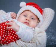 圣诞老人衣服的婴孩。 免版税库存图片