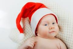 圣诞老人衣服的婴孩。 库存图片