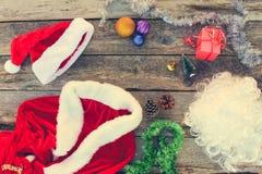 圣诞老人衣服,小树, pinecone,圣诞节球,诗歌选,礼物 免版税库存图片