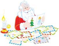圣诞老人读书信件 免版税图库摄影