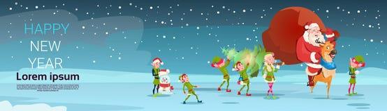 圣诞老人运载大当前大袋,与杉树贺卡圣诞快乐新年快乐的Elfs 免版税库存图片